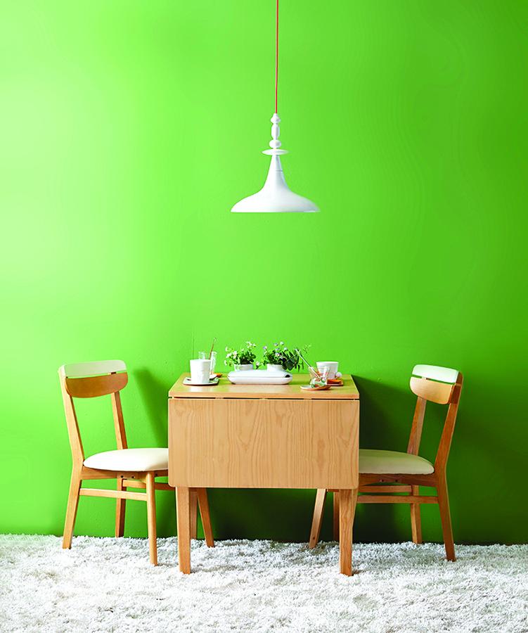 折疊桌靠牆放省空間,需要時再打開延展桌面。