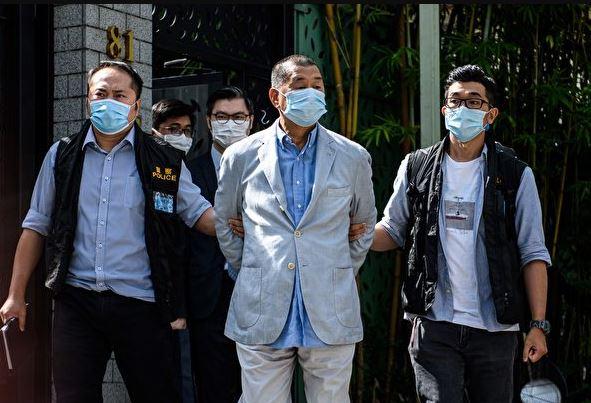 8月10日上午,香港警方國安處人員高調到黎智英的住所拘捕他。 (VERNON YUEN/AFP via Getty Images)