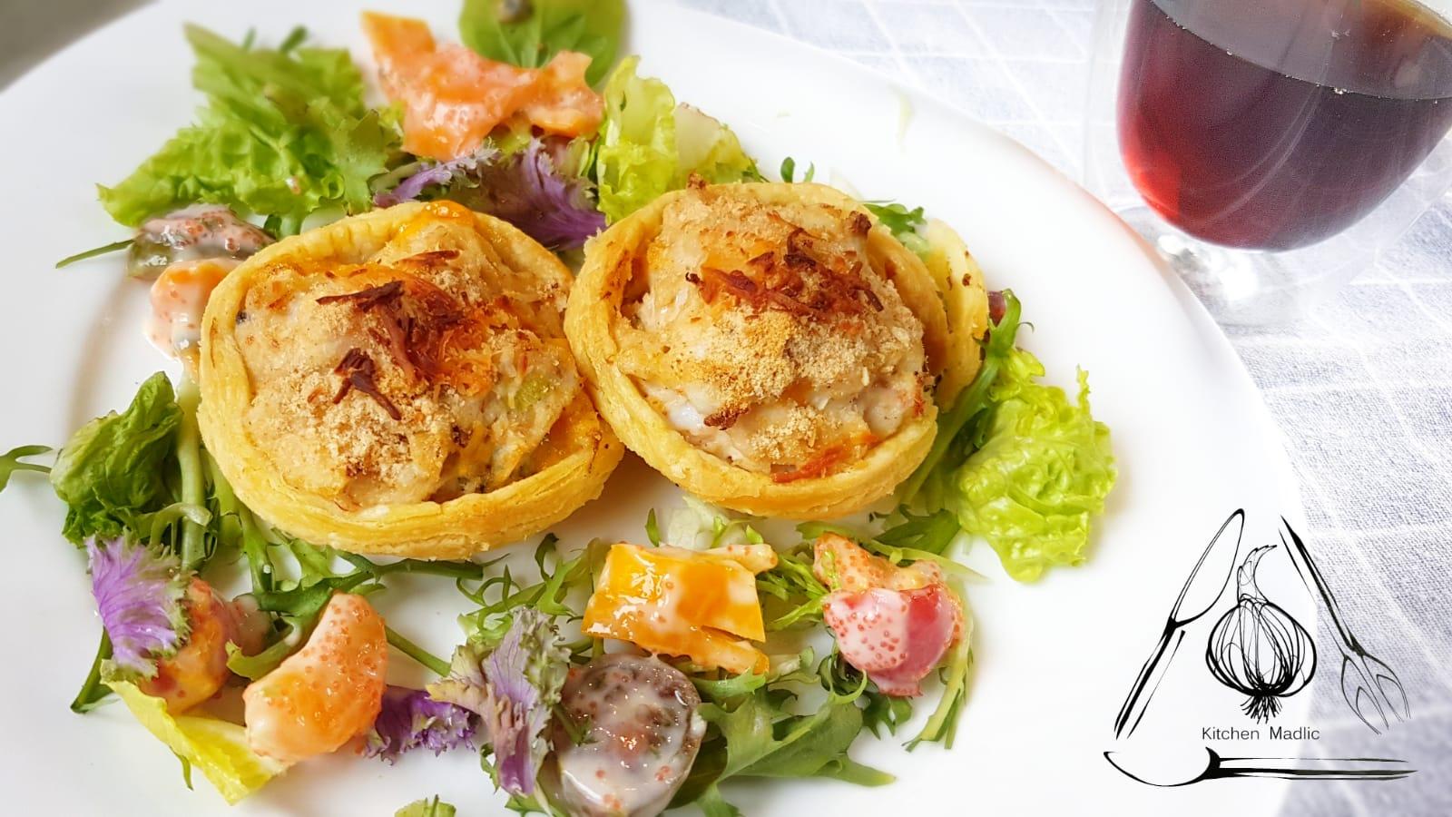 酥皮海鮮撻配柑桔沙律。(Kitchen Madlic提供)