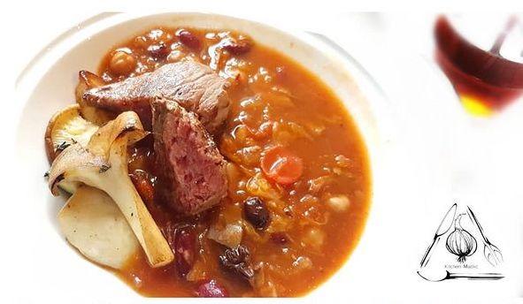 紅酒紅腰豆燉牛肉配烤牛脊柳。(Kitchen Madlic提供)