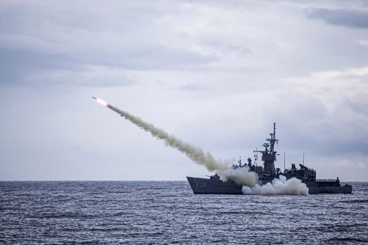 一艘台灣軍艦在一年一度的漢光軍事演習中,發射美國製造的魚叉導彈。(Handout/TAIWAN DEFENCE MINISTRY/AFP)