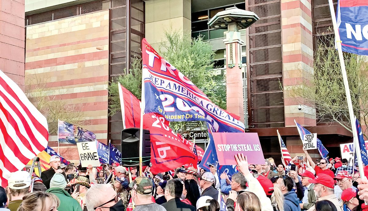 11月30日,亞利桑那州參議院舉行選舉誠信聽證會,場外大批民眾集會反舞弊,支持特朗普。(李梅∕大紀元)