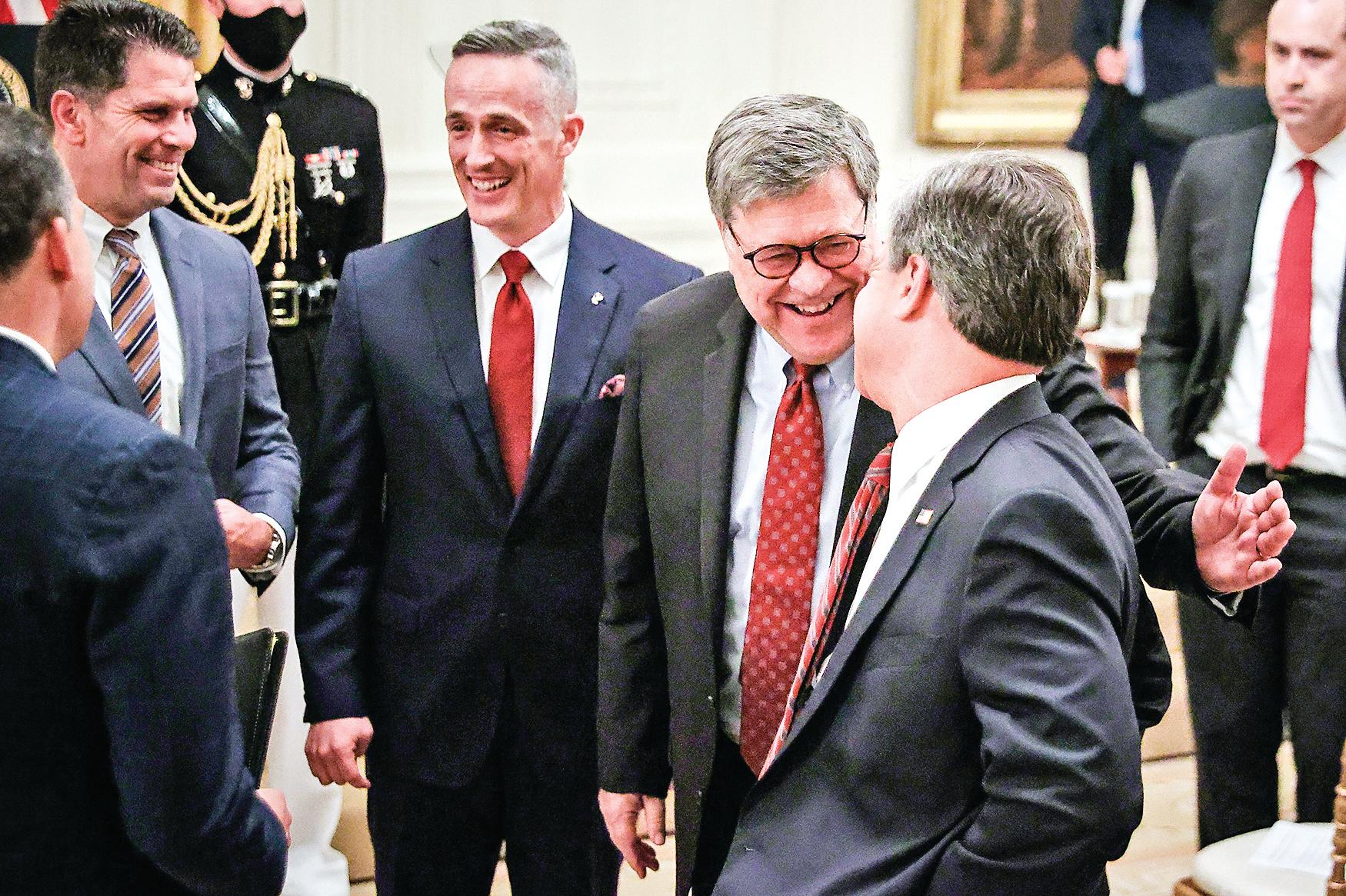 巴爾(右二)被任命為司法部長後,又把幾位凱易律師事務所的老同事拉進司法部工作,包括現任司法部長助理本奇科夫斯基(左二)。(Getty Images)