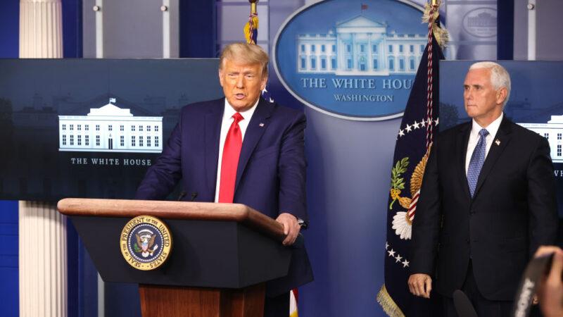 圖為2020年11月24日,美國總統特朗普(左)和副總統彭斯(右)在白宮新聞簡報室。(Chip Somodevilla/Getty Images)