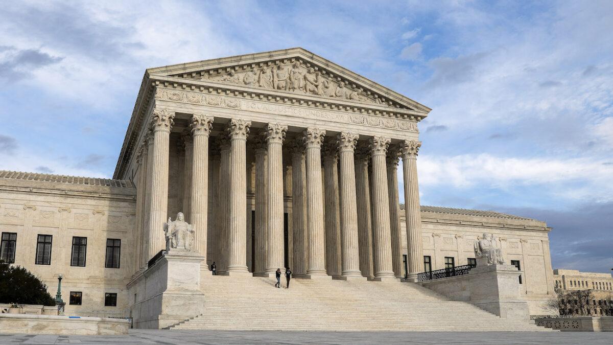 美國大選舞弊案法律戰升級,戰情進入白熱化。繼12月7日午夜前,德薩斯州向最高法院提告四大搖擺州選舉違憲之後,12月9日,全美 17 個州響應德州,這或將改變選舉結果。圖為美國最高法院。(Samira Bouaou/The Epoch Times)