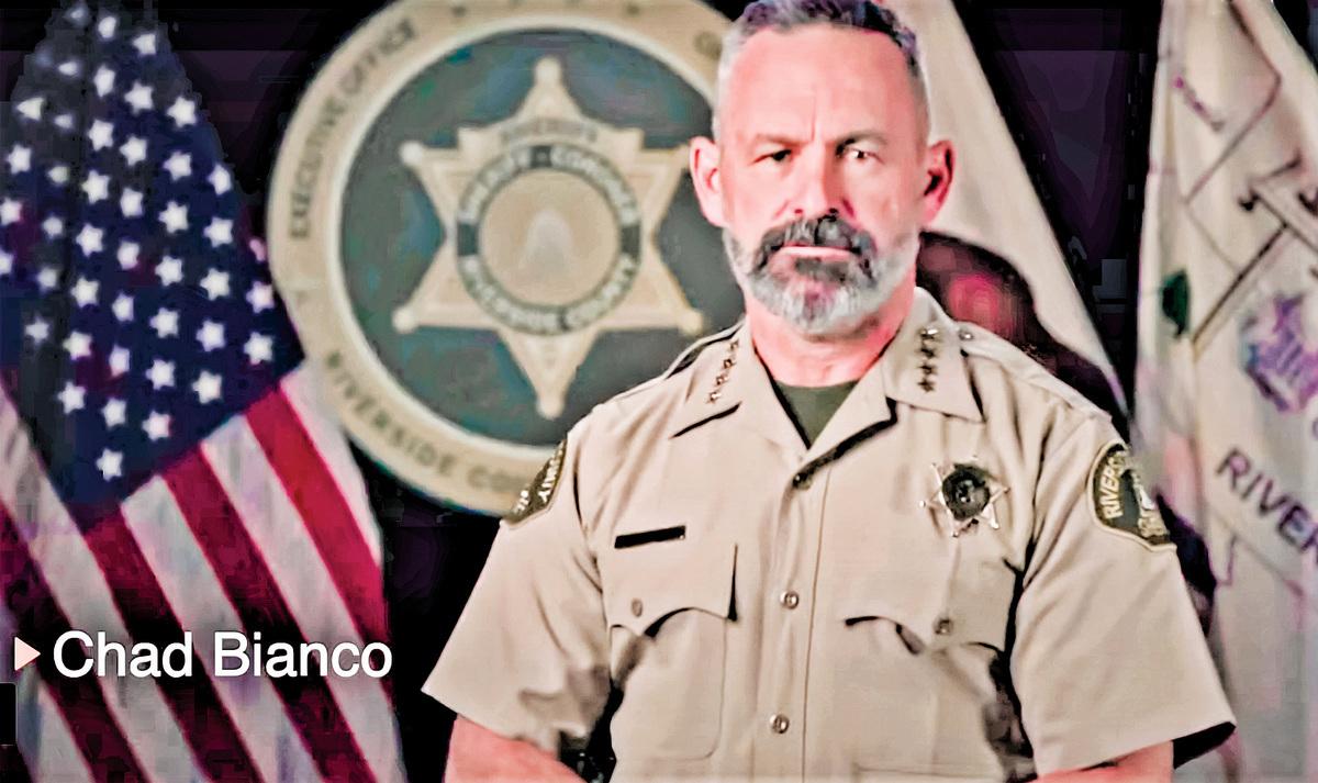 南加州河濱縣警長比安科(Chad Bianco)特地錄製影片,批加州州長紐森,對待防疫「獨裁」且「極其虛偽」。(影片截圖)