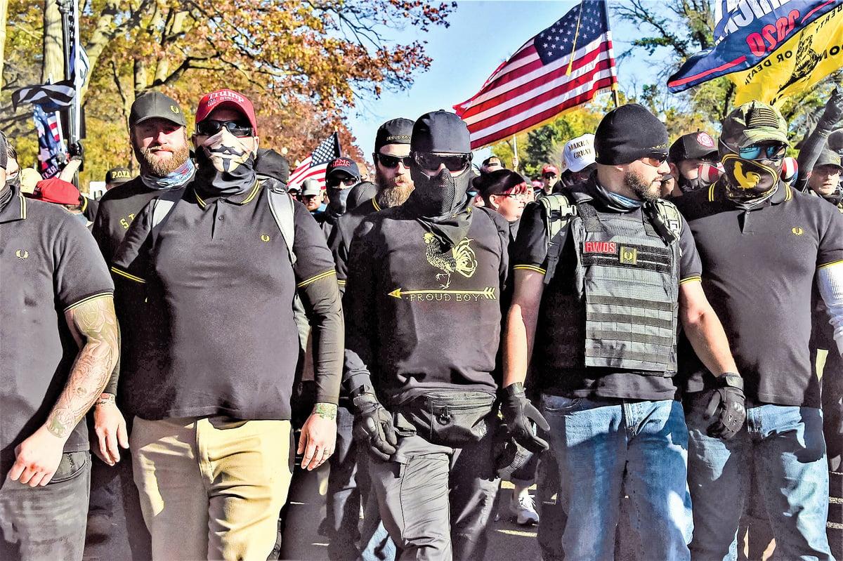 民兵團體Proud Boys,其成員多是退役警察和軍人,支持特朗普,反對馬克思主義和共產主義。近日,他們和全美各地其他民兵團體都將趕往DC ,參加12月12日的反竊選MAGA大遊行,保護集會民眾。圖為Proud Boys成員參加11月14日在DC 舉行的支持特朗普的活動。(Getty Images)