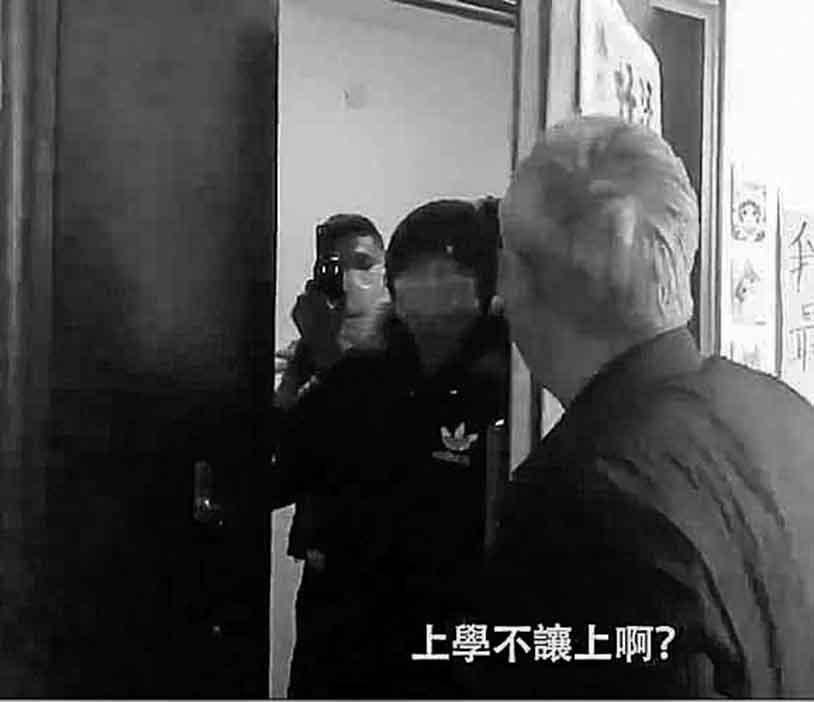 12月9日,李和平律師(右一)被不速之客堵住大門。(影片截圖)