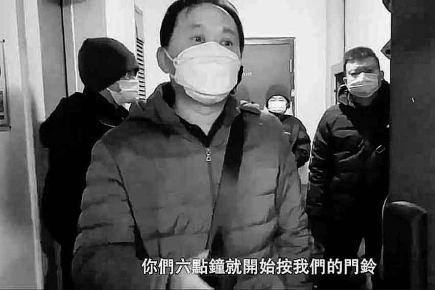 王全璋家門口都是身份不明人士。(影片截圖)