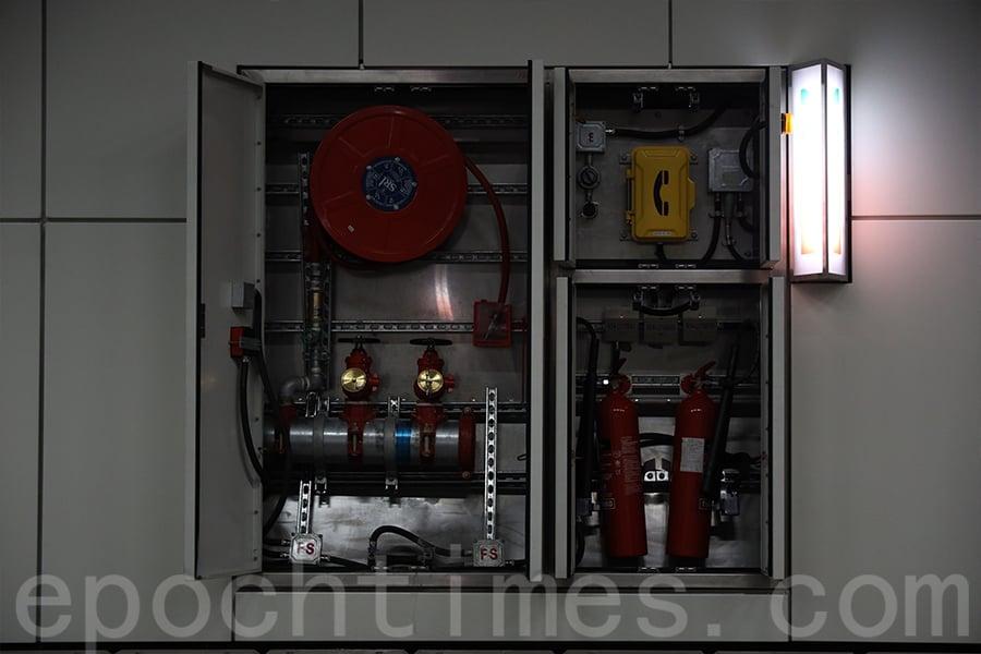 隧道內的消防器材。(陳仲明/大紀元)