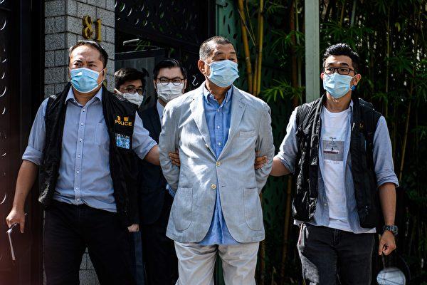 香港壹傳媒創辦人黎智英被加控一項違反「港版國安法」第29條「勾結外國或者境外勢力危害國家安全」罪,12日於西九龍裁判法院提堂。圖為8月10日黎智英在住宅處被帶走。(VERNON YUEN/AFP via Getty Images)