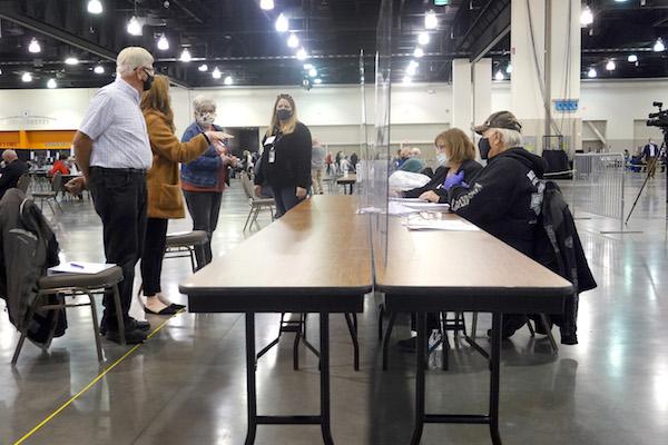11月20日,在威斯康星州密爾沃基的威斯康星州中心(Wisconsin Center),選舉官員正在重新計票。(Scott Olson/Getty Images)