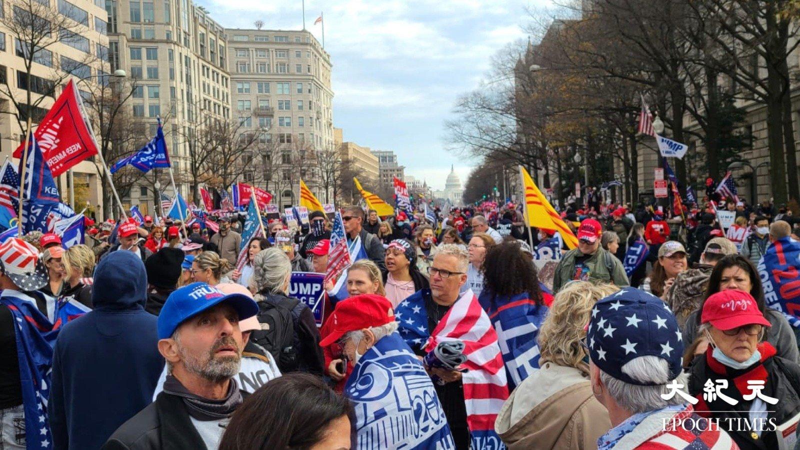 12月12日, 美國民眾再次發起大型遊行集會挺特朗普。(明月/大紀元)