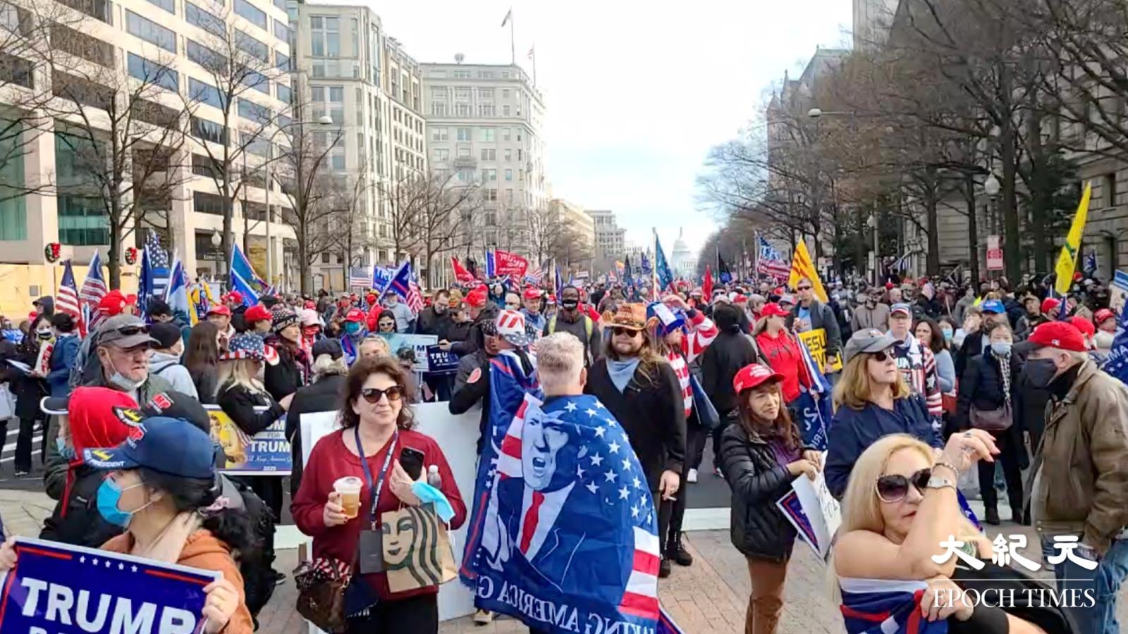 有民眾表示「我們愛中國人民,我們痛恨中國共產黨」。(明月/大紀元)
