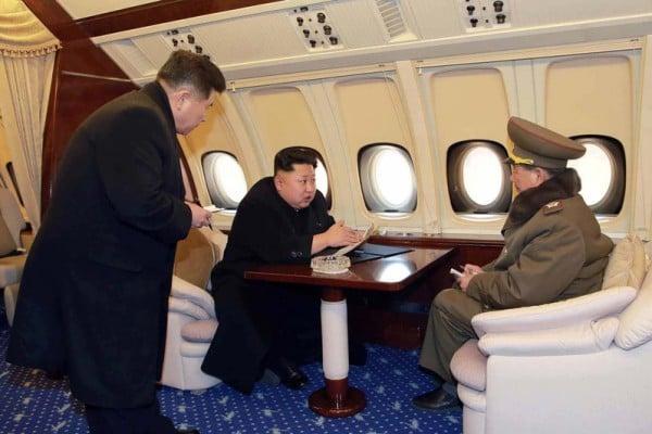 日媒披露,四面楚歌的金正恩已建有政權垮台時亡命國外的洞穴。圖為金正恩與朝鮮官員在專機內。(KCNA/AFP)