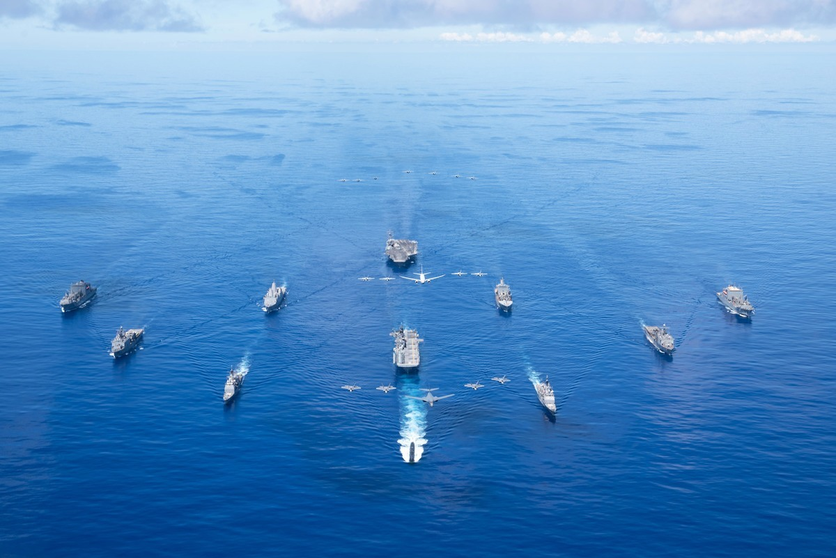 美國五角大樓12月10日公布,美國海軍未來30年計劃增加60多艘船艦,預計最多達到355艘。圖為美軍「勇敢之盾」軍演的照片。(US 7 Fleet)