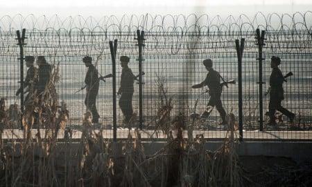 北韓特權階層脫北現象日漸頻繁,據南韓媒體8月18日報道,朝鮮又一外交官、駐俄大使館3等秘書金哲星偕妻兒投奔南韓。(JOHANNES EISELE/AFP/Getty Images)