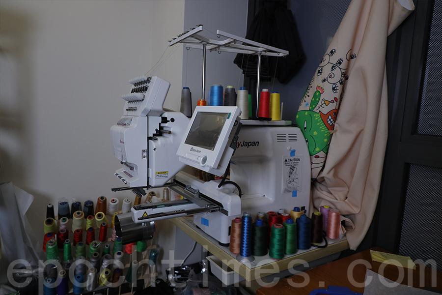 Jazmine購入的刺繡機。(陳仲明/大紀元)