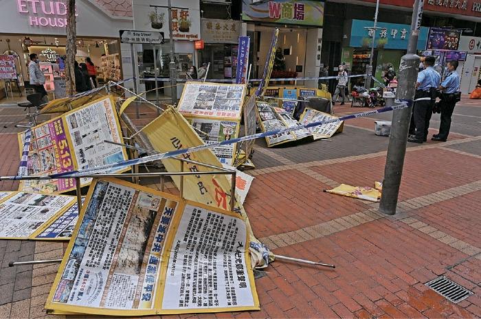 昨日中午,法輪功學員分別位於旺角豉油街,及亞皆老街的兩個真相點被人毀壞。圖為警方在豉油街的真相點被毀後拉起封鎖線調查。(宋碧龍/大紀元)