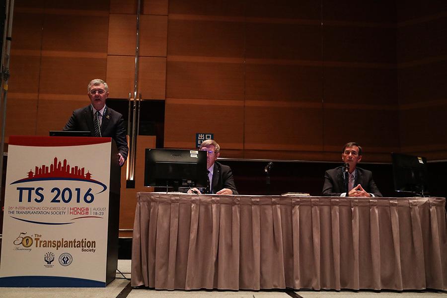 器官移植協會(TTS)國際大會主辦方19日召開記者會,協會主席奧康(Philip O' Connell)在記者會上發言。(余鋼/大紀元)