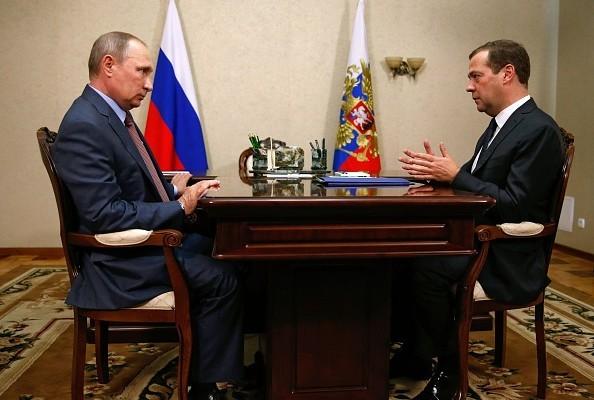 8月19日,普京(左)與俄羅斯總理梅德韋傑夫(Dmitry Medvedev)(右)在克里米亞會談。(DMITRY ASTAKHOV/AFP/Getty Images)