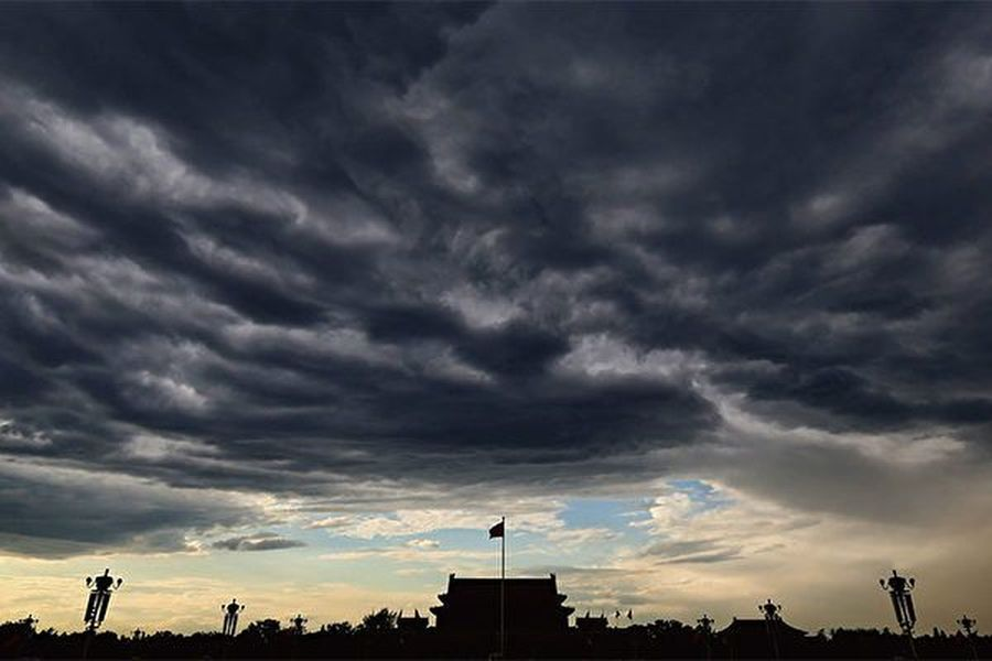 中國問題專家警告,中共正在使用一切手段,企圖摧毀美國。圖為烏雲密佈的北京天安門廣場。(Getty Images)