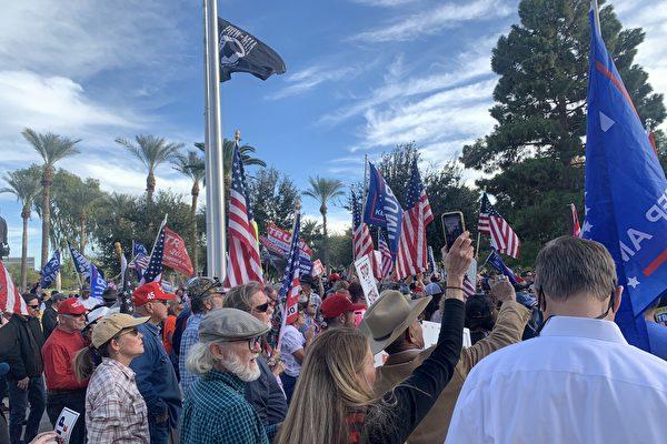 圖為12月7日,亞利桑那議員及上百位民眾在鳳凰城舉行集會,抗議州長在選舉舞弊證據顯著的情況下認證民主黨候選人拜登獲勝。(姜琳達/大紀元)