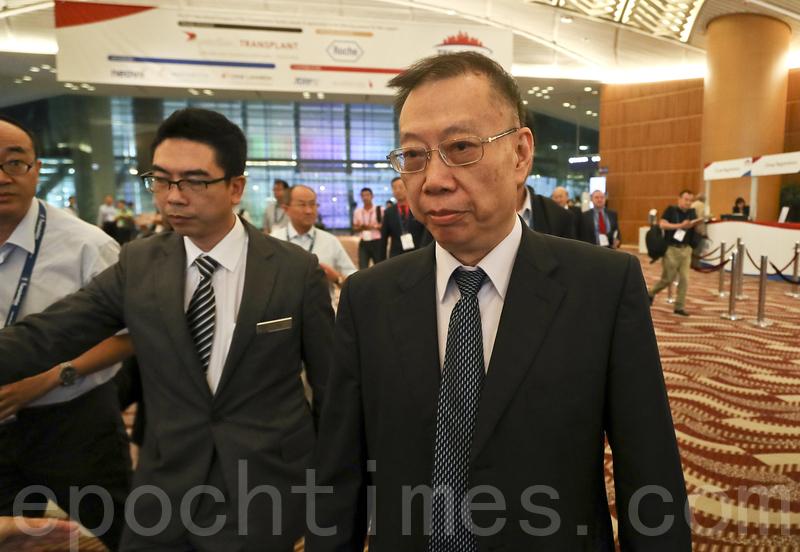 兩年一度的第26屆國際器官移植協會(TTS)大會,8月18日起一連六天首度在香港灣仔會展中心舉行。前中共衛生部副部長黃潔夫在會場被記者追問活摘器官的問題。(余鋼/大紀元)