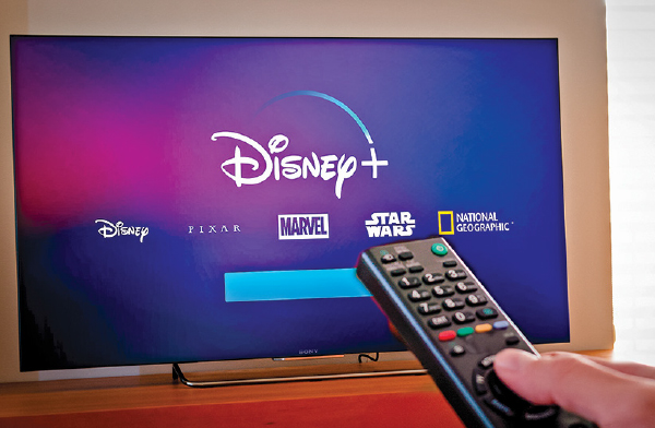 一部電視上顯示的Disney+標誌。(Sutterstock)