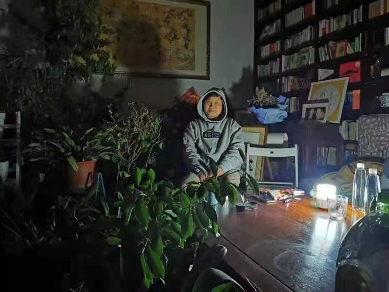 楊玉聖教授在被斷電房子裏點蠟燭躲過黑夜。沒有供暖系統,北京已經是嚴寒零下十幾度了。(網絡圖片)