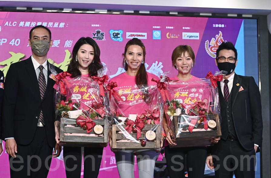 香港企業家組成的GP40於15日在觀塘舉辦「跑步機健力士啟航之旅」,邀請藝人連詩雅(左二)、鄭麗莎(左三)及梁諾妍(左四)擔任「跑步機健力士活動宣傳大使」。(宋碧龍/大紀元)