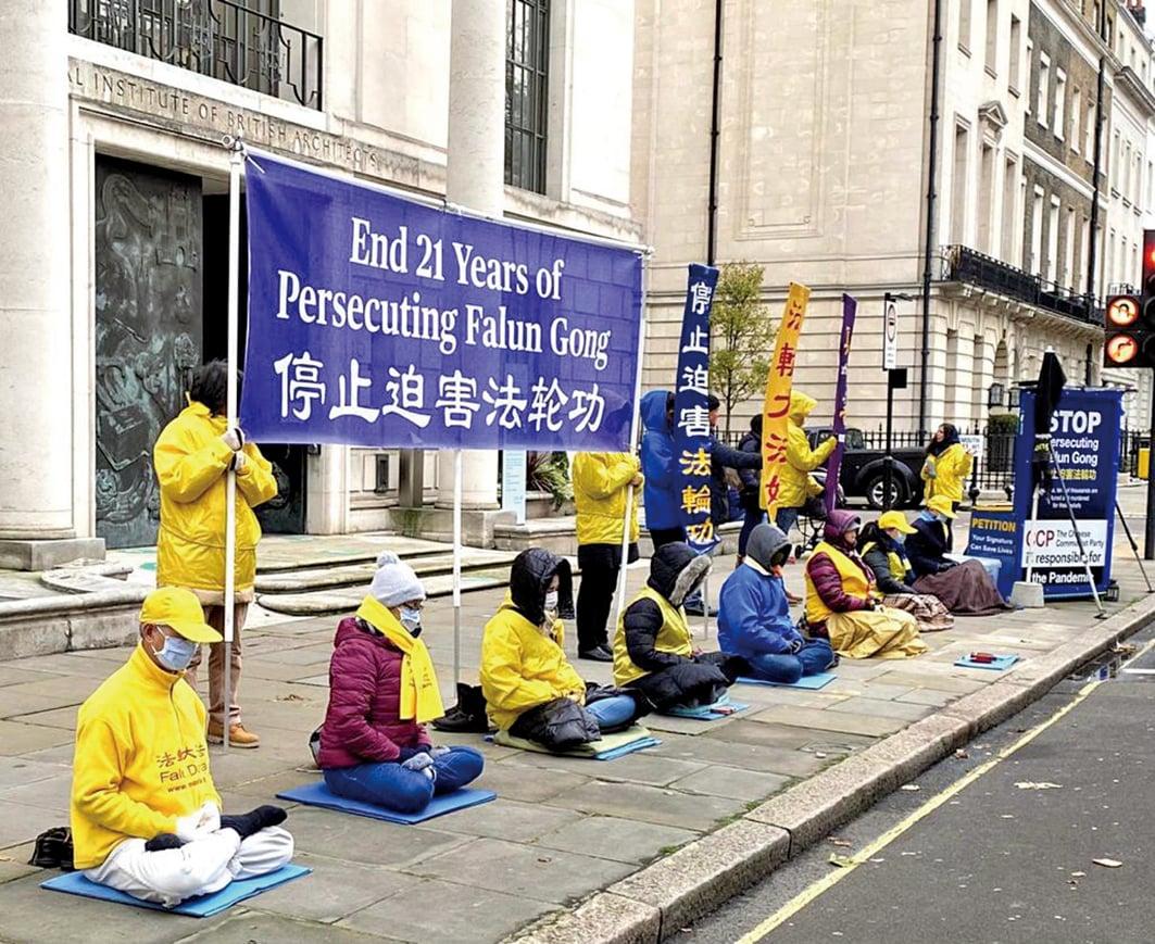 2020年12月10日國際人權日,英國部份法輪功學員於倫敦中共大使館對面抗議中共對法輪功信仰團體超過21年的迫害。(文沁/大紀元)