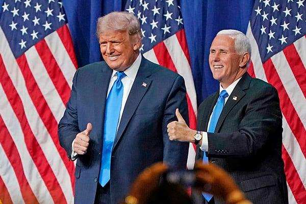 12月14日,5個搖擺州共和黨人選舉人團投票給特朗普和彭斯。圖為2020年8月24日,川普和彭斯在北卡羅來納州的夏洛特會議中心舉行的共和黨全國代表大會首日露面。(Chris Carlson-Pool/Getty Images)