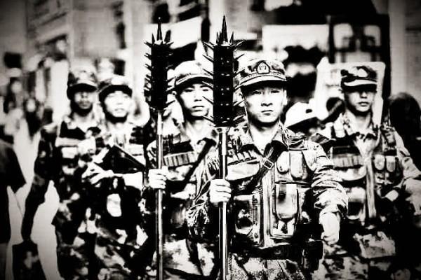 天津武警持狼牙棒巡邏 網民:暴政長久不了
