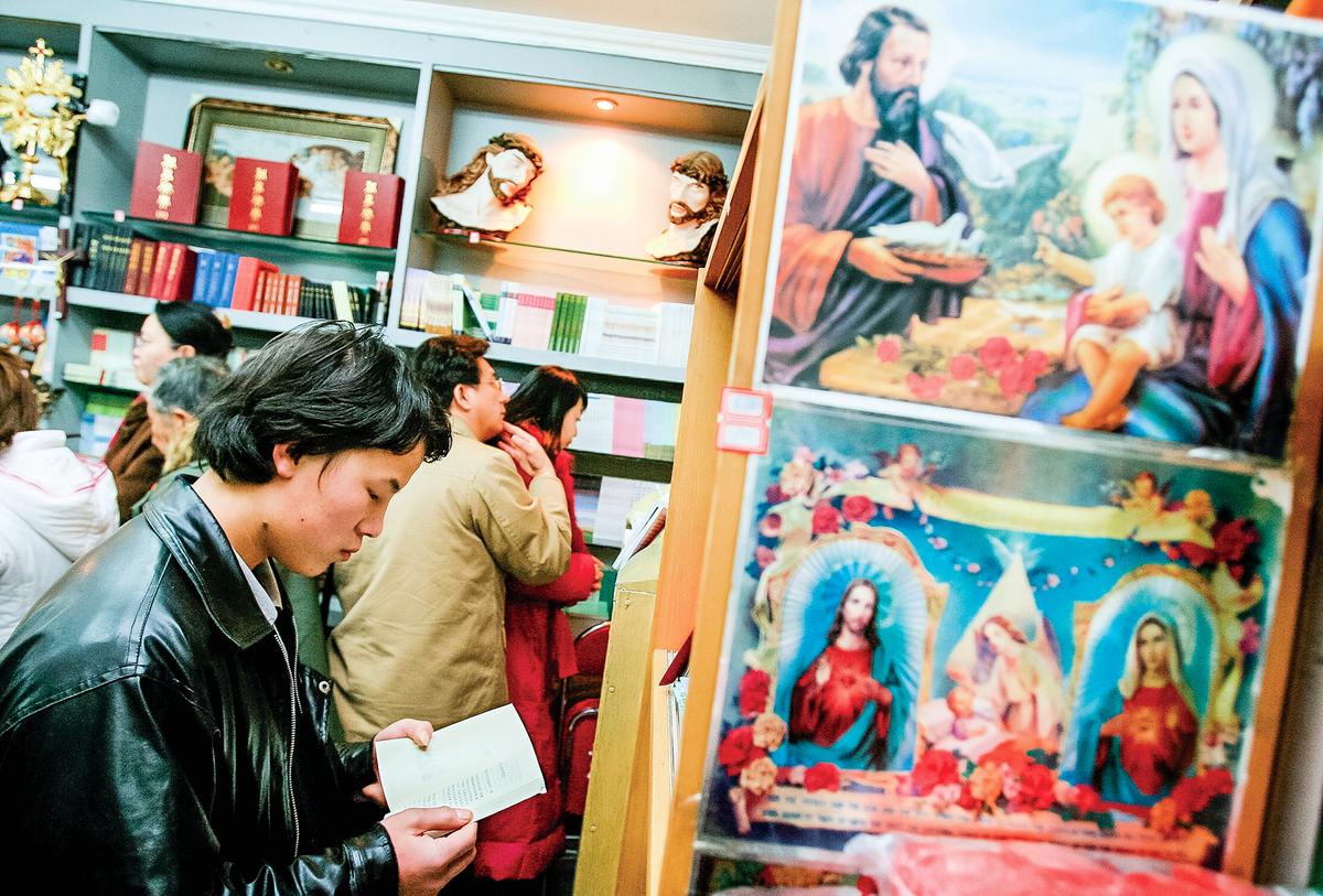 中共當局嚴控聖經的印刷、出版、發行。圖為2007年,北京政府批准的一家教堂裏的聖經銷售店。(Getty Images)