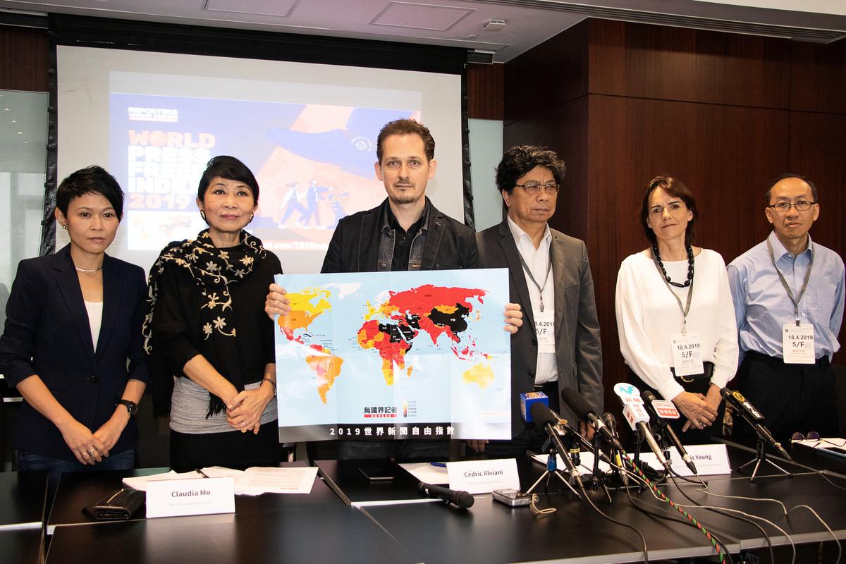 無國界記者致力保護記者免受迫害,亞歐美非設有14家辦事處。圖為2019年4月18日無國界記者東亞辦事處主任艾瑋昂(左3)在香港發表「2019世界新聞自由指數」。(大紀元資料圖片)