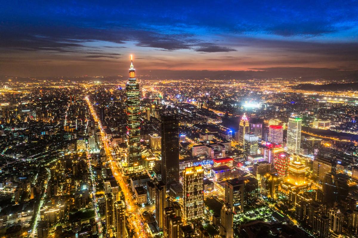 台灣大陸委員會(陸委會)16日表示,正研究修正《香港澳門關係條例》,以杜絕「假港資、真中資」滲透台灣,威脅經濟及國家安全。圖為台北市夜景。(FenlioQ/shutterstock)