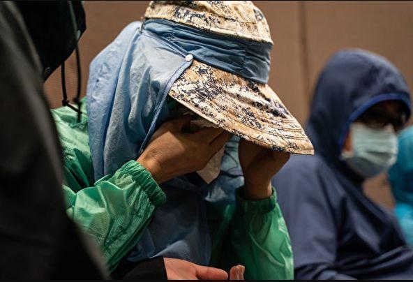 12港青家屬在今年9月12日召開記者會,提出「四大訴求」,有家屬因擔心親人處境而落淚。(Anthony Kwan/Getty Images)