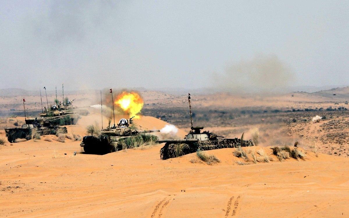 印媒12月14日披露,印軍從新部署衝突區的130萬大軍以應對中、巴雙線作戰,並加強武器配備,圖為T90坦克。(圖片來源:@indiamilitary)