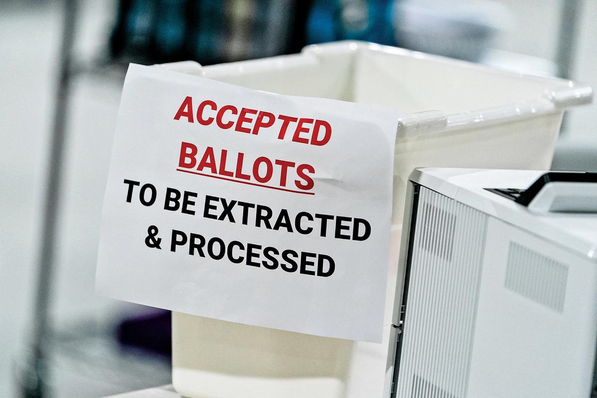 2020年11月7日,在佐治亞州勞倫斯維爾的格溫內特縣選民登記和選舉辦公室的一個投票箱。(Elijah Nouvelage/Getty Images)