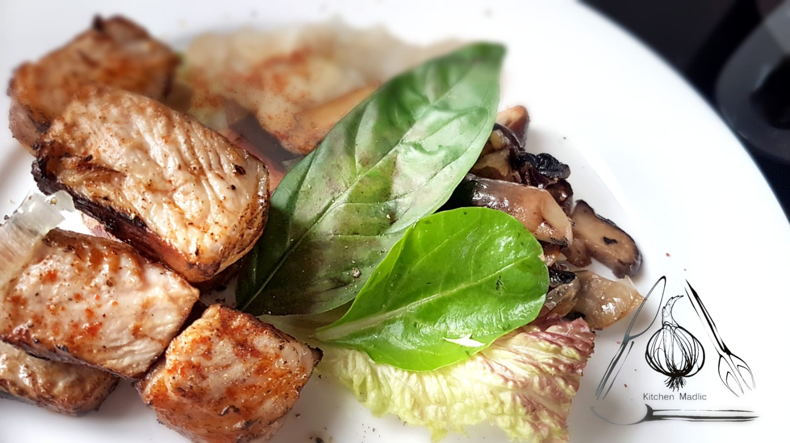 香茅羅勒黑毛豬配炒野菌薯蓉。(Kitchen Madlic提供)