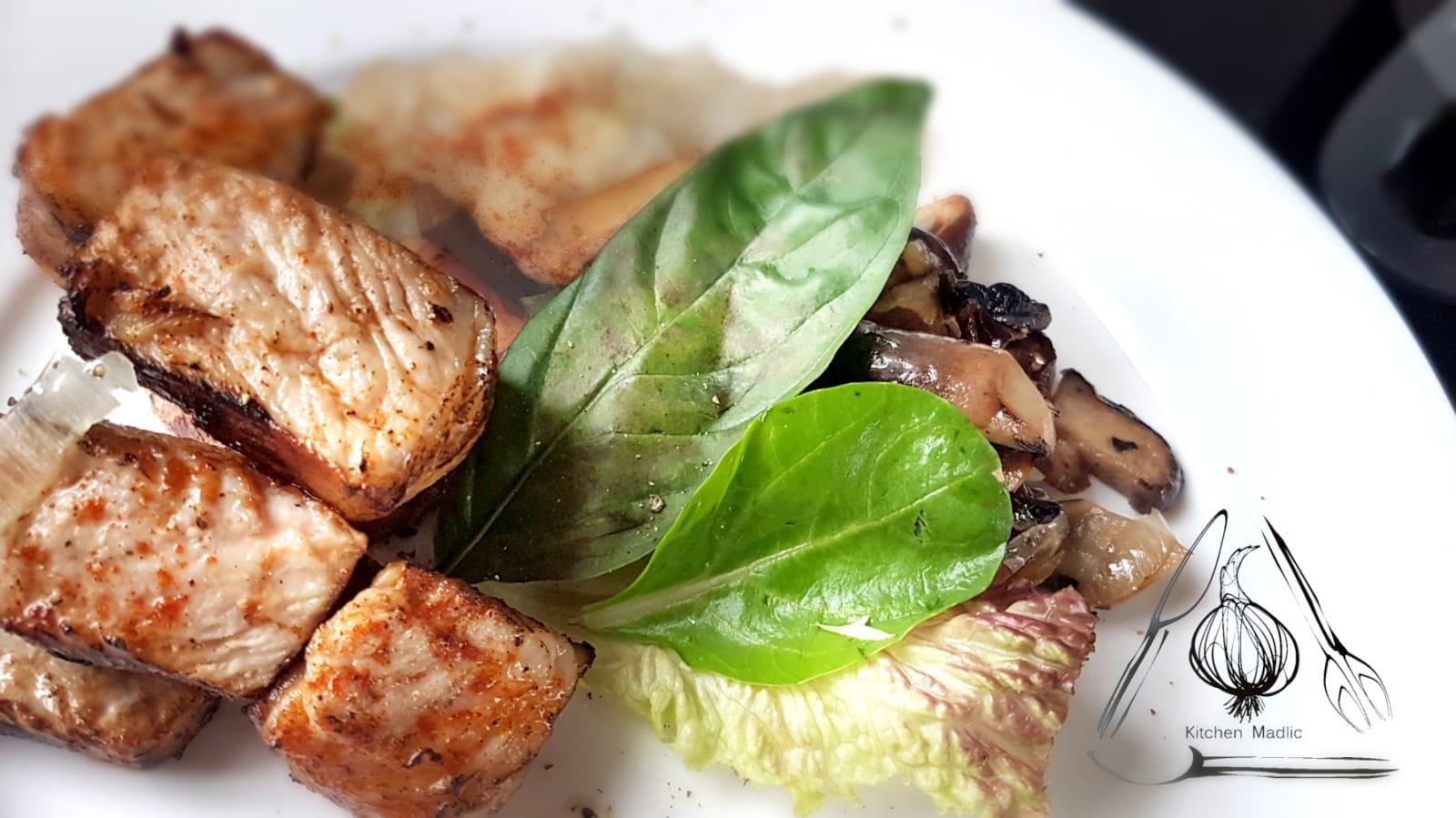 烤焗自家製伊比利豬肉卷配野菌薯蓉。(Kitchen Madlic提供)