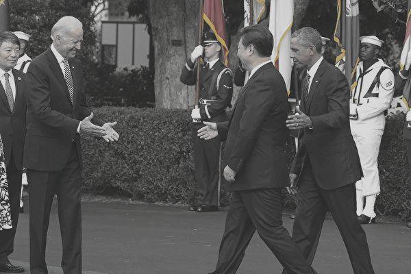 2015年9月25日在華盛頓特區,時任美國副總統拜登(Joe Biden,左二)準備與來訪的習近平(中)握手,時任美國總統奧巴馬(Barack Obama,右二)也在場。(Mark Wilson/Getty Images)