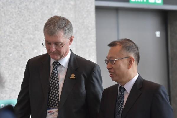 8月18日中國專場召開前,中共前衛生部副部長黃潔夫(右)和國際器官移植大會主席菲利普·奥康纳博士(Philip O'Connell)一路交談,步入會場。(郭威利/大紀元)