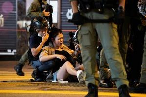 831一周年港警推倒孕婦 途人上前理論反被捕