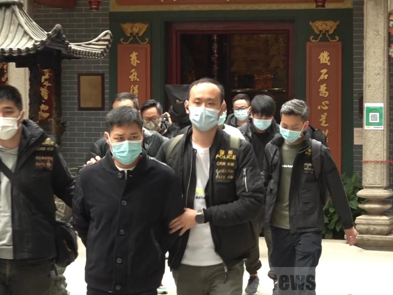 香港警方17日在深水埗關帝廟內,以涉嫌參與三合會入會儀式拘捕7人。(RTHK)