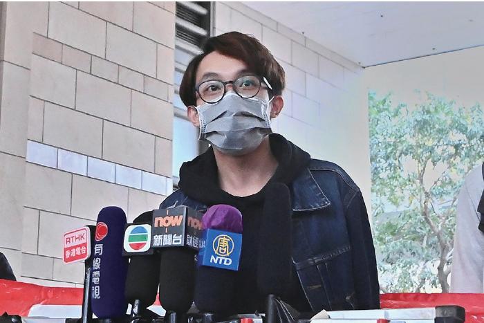 陳皓桓在離開法庭後,批評法庭收其護照,不准離境,阻礙他明年3月出境參加聯合國人權理事會會議。(宋碧龍/大紀元)