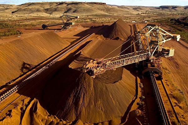 截至2020年12月17日,澳洲尚未在鐵礦石上施以反擊,中國大陸鐵礦石價格已經飛漲。有分析認為,如果澳洲在鐵礦石上限制中共,中國鋼鐵業將崩潰,難擋澳洲一擊,進而引發多行業危機。對中國產生的後果不堪設想。圖為西澳Pilbara地區一台取料機正在裝載鐵礦石。(Christian Sprogoe/AFP via Getty)