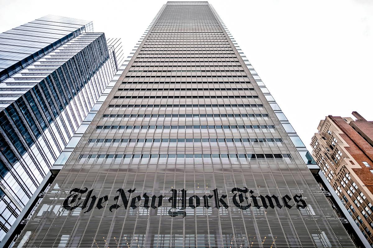 《紐約時報》至今不報道民主黨眾議員斯沃威爾被中共女間諜色誘拉攏的政治事件。圖為《紐時》在紐約的辦公大樓。(Getty Images)