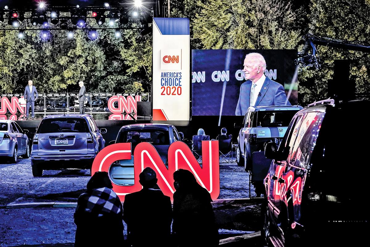 最近,美國左媒開始報導亨特拜登醜聞了,如CNN、NBC等,之前他們對醜聞是完全不報的。圖為9月17日在賓州,CNN為拜登搭臺舉辦競選演講活動。(Getty Images)